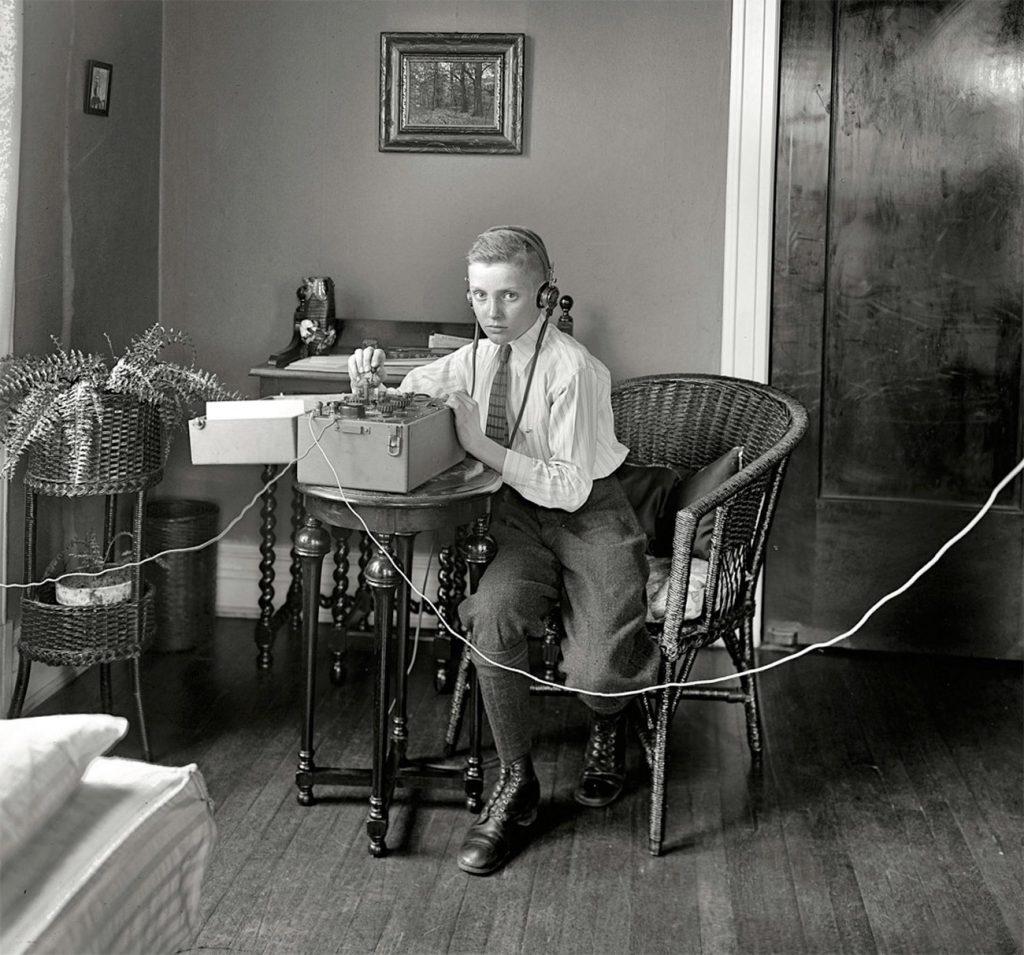 Un ragazzo trasmette con il telegrafo in una foto d'epoca in bianco e nero