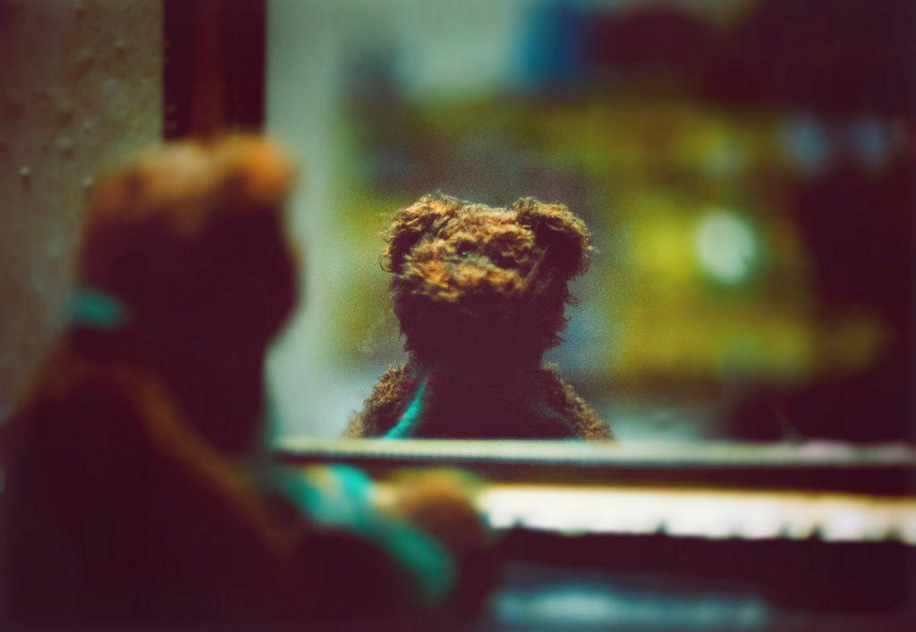 Un orsacchiotto si sta guardando allo specchio