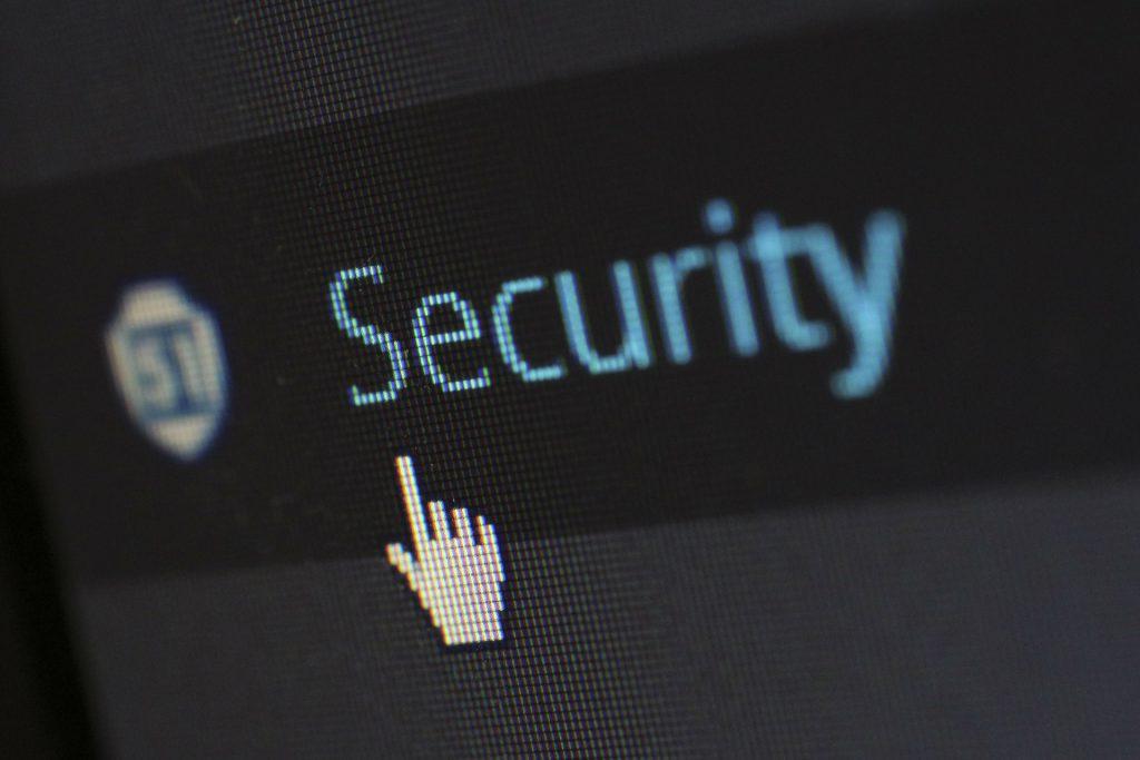 Uno schermo mostra la scritta security e un puntatore. La sicurezza dei dati è un fattore di ranking di google