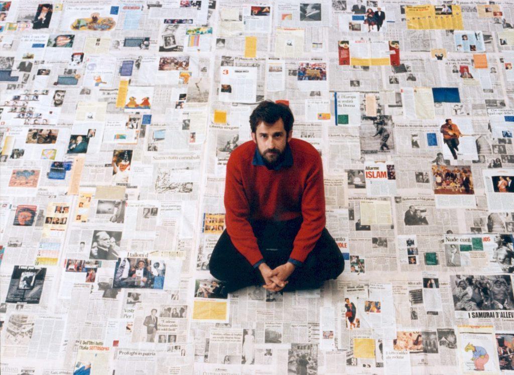 Una scena del film Aprile di Nanni Moretti in cui è circondato da giornali