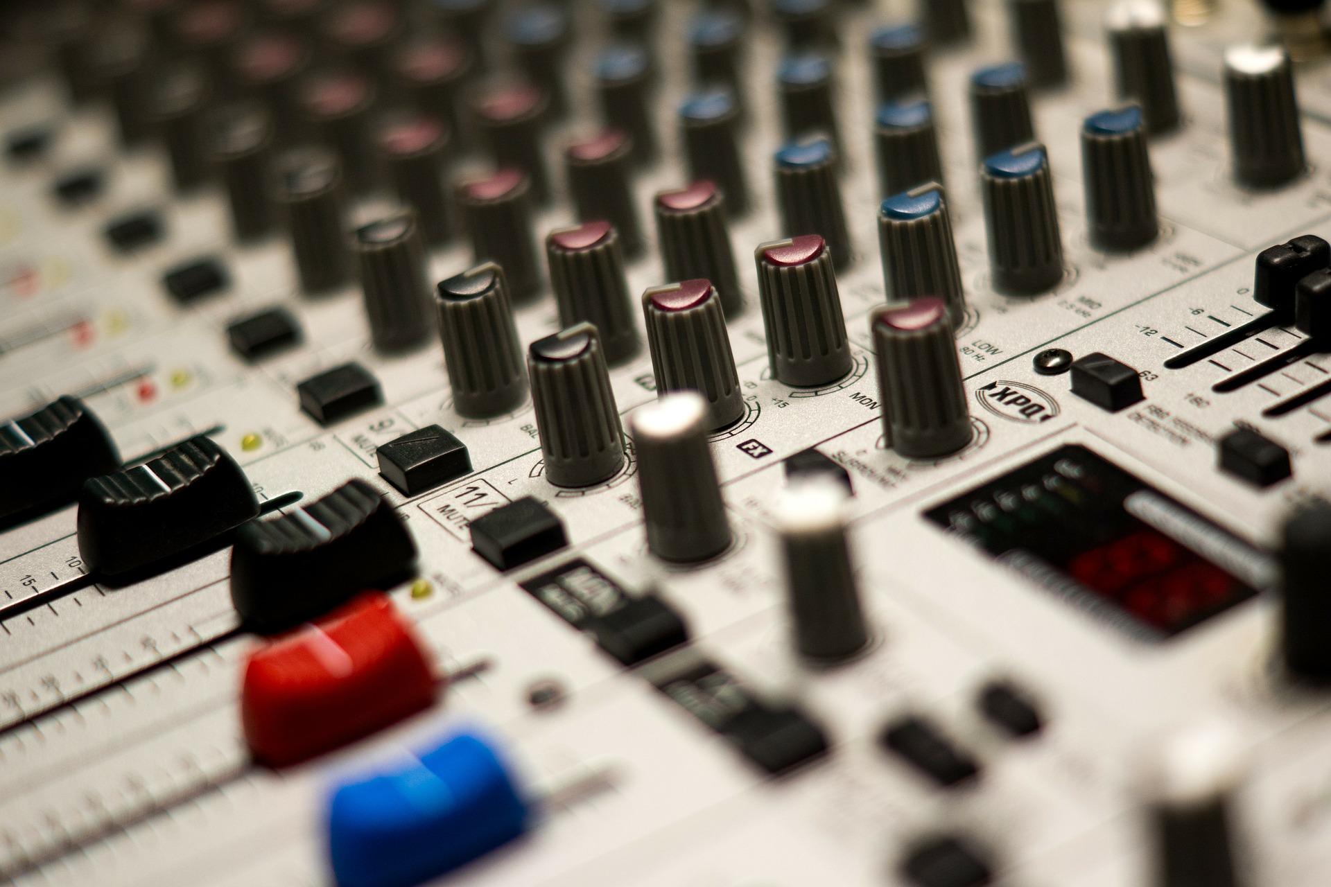 Mixer con canali e piste per regolare il tono di voce