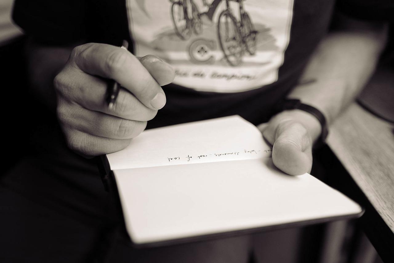 post di successo, un taccuino e una penna in primo piano