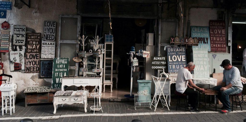 Una foto che ritrae un negozio pieno di insegne vintage