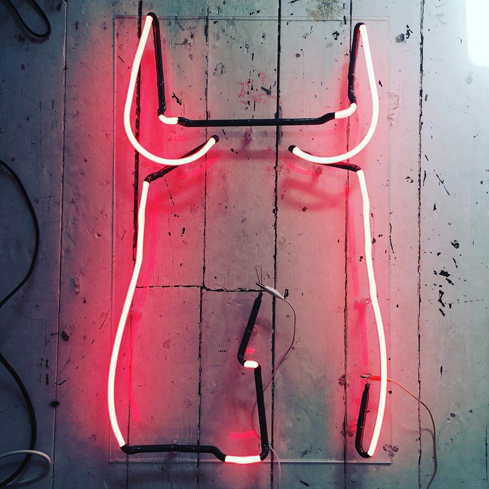 Neon che riproduce la silhouette di donna