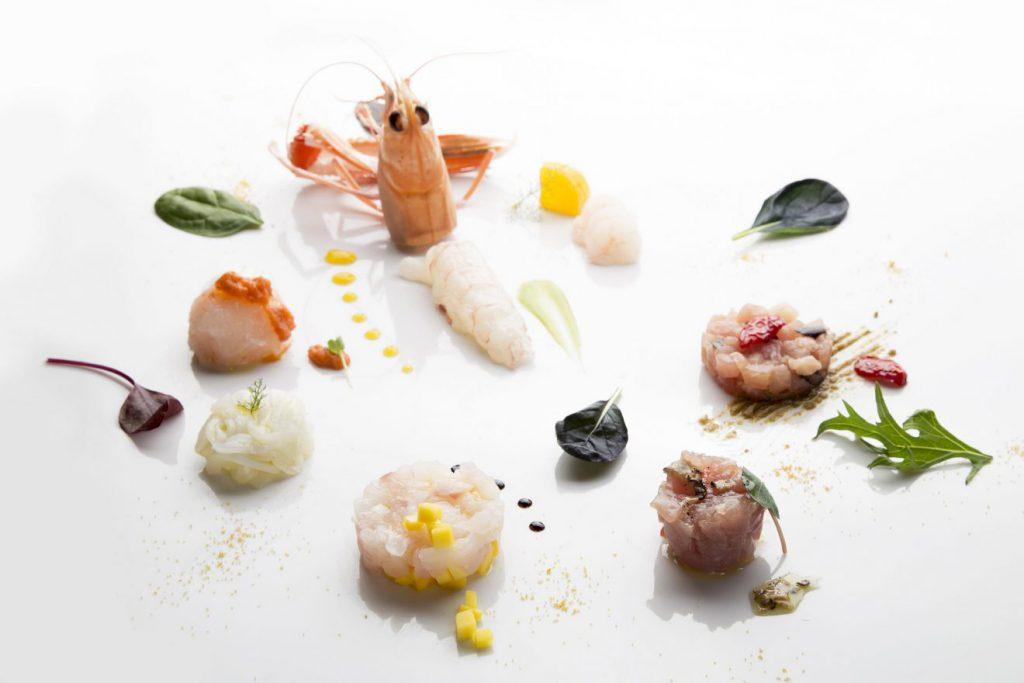 Un foto da food blogging nella ristorazione con gamberetti su un piatto bianco