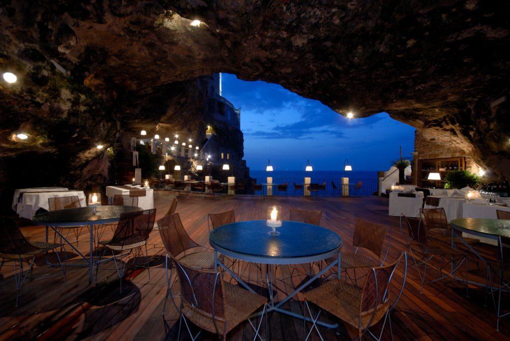 Foto di un ristorante all'aperto a Polignano a Mare