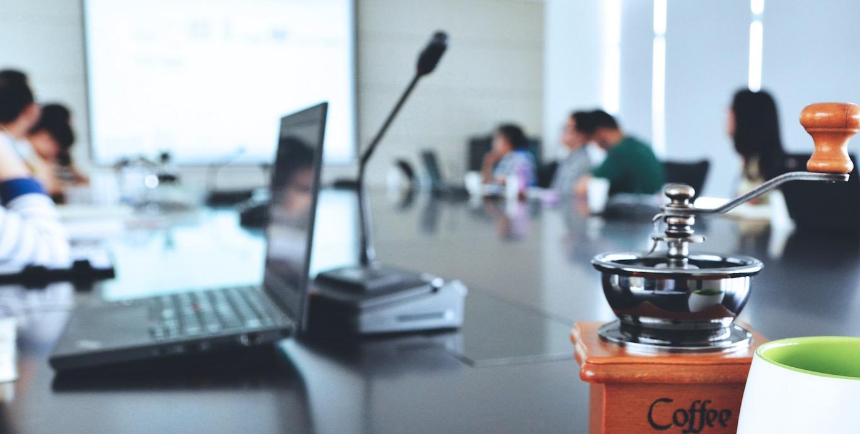 Team al lavoro attorno a un tavolo