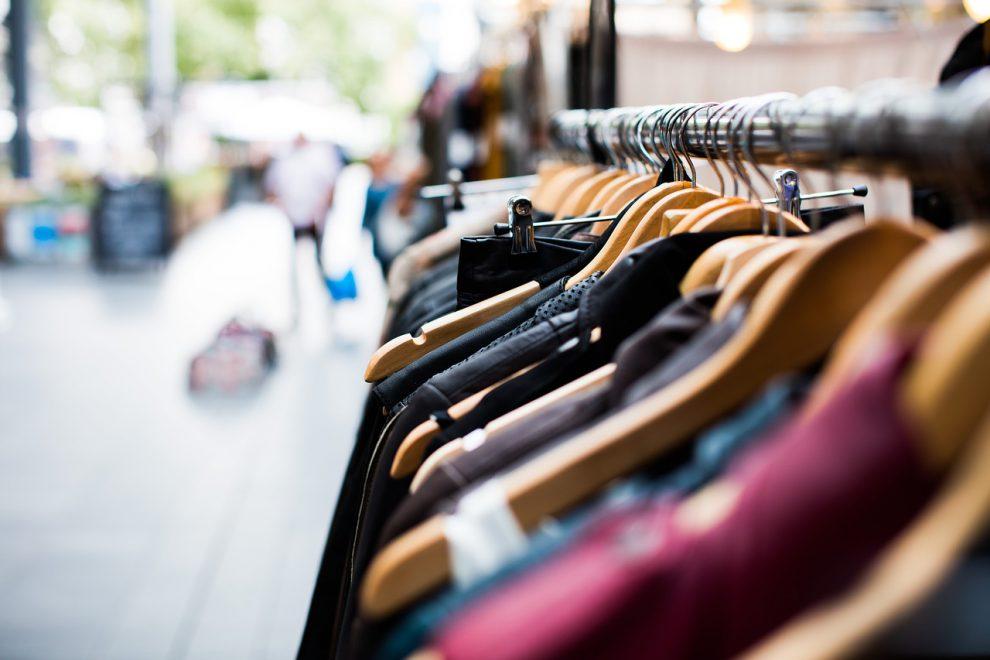 Espositore con vestiti in un negozio